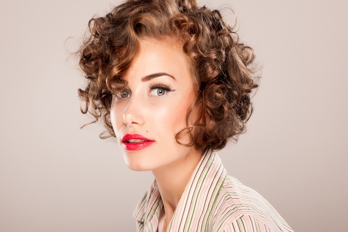look femme vintage chic avec des boucles sur coupe de cheveux court femme, style bohème chic retro, maquillage glamour