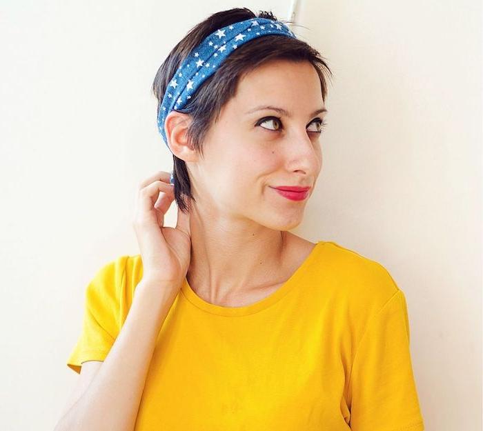 coupe tres courte femme façon pixie serrée d un bandeau de tête bleu à motif étoiles, tee shirt jaune