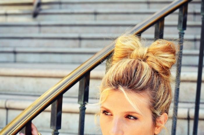 idée coiffure aux cheveux attachés en papillon de buns, exemple coloration cheveux marron aux mèches blondes