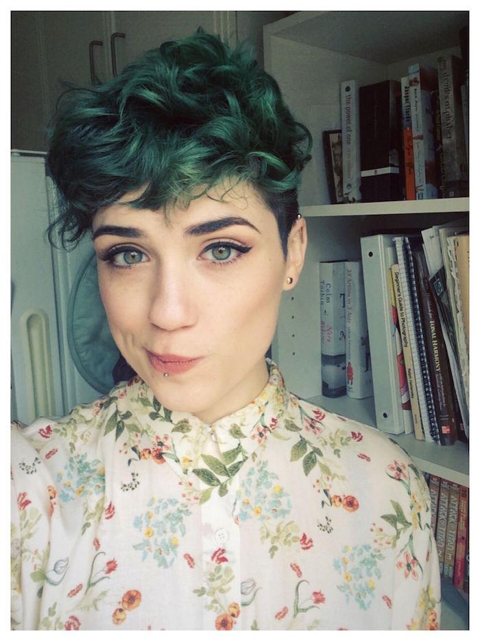 modèle coupe courte femme féminine cheveux bouclés verts cotés courts