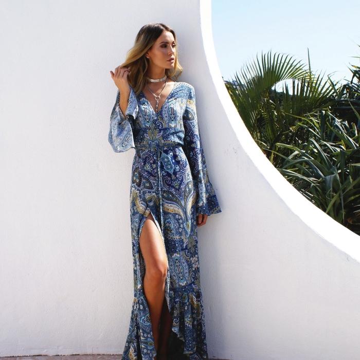 idée vetement été femme avec une robe longue de couleur bleu avec décolleté en V et ceinture aux manches longues fluides