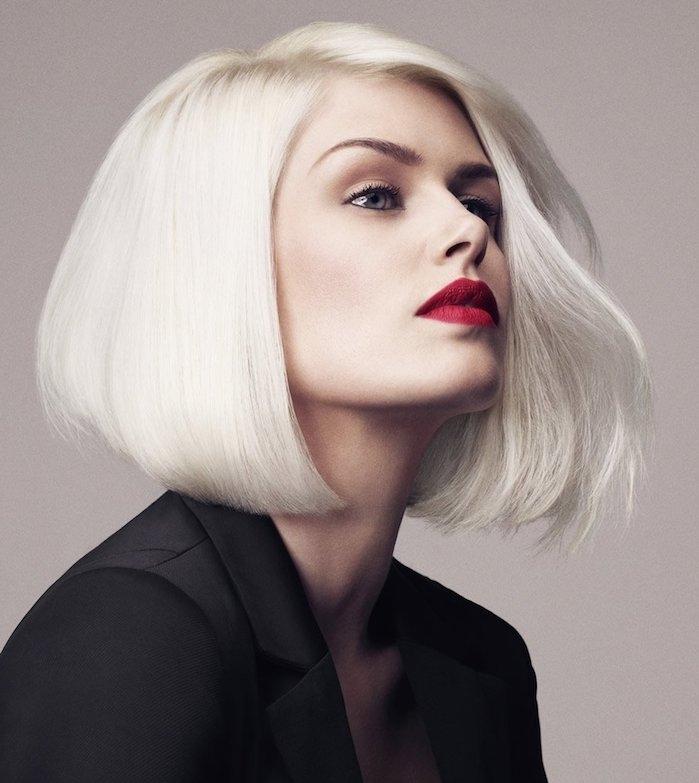 carre asymétrique femme aux cheveux couleur blond polaire, idée de coiffure cheveux mi long avec volume sur les cotés