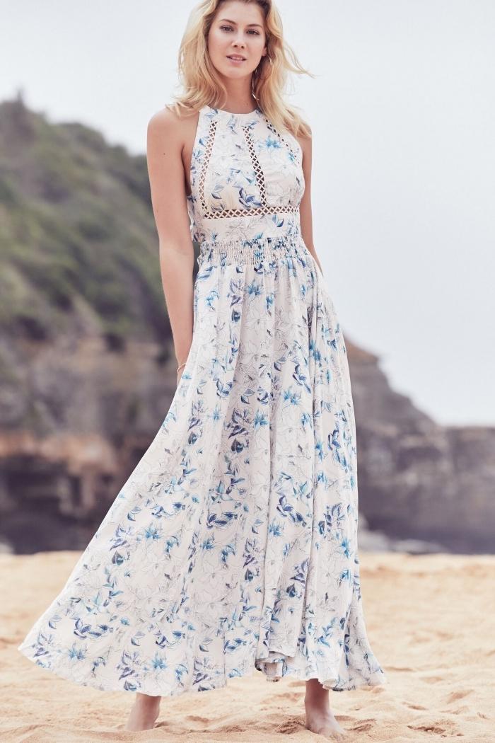 modèle de robe été blanche avec décoration en fleurs bleus et dentelle transparente, vêtement été design fluide