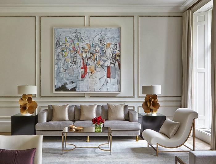salon compacte contemporain, petite table basse, grand tableau encadré, lampes abat-jour originales