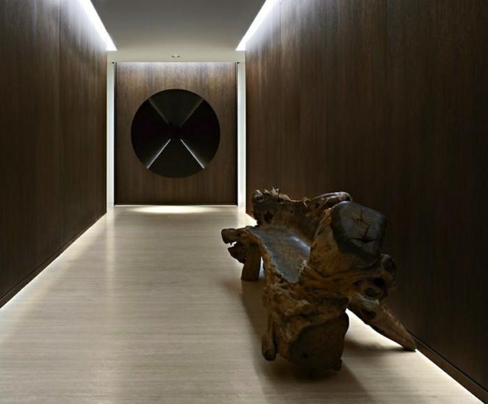 jolie entrée en couleurs sombres, banquette artistique, murs en bois foncé, joli éclairage