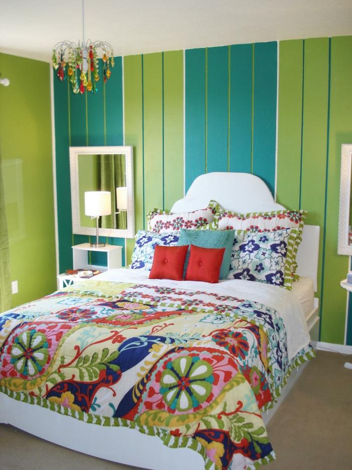 idée déco chambre, murs en vert pomme et en vert canard, petit luminaire en style baroque aux pampilles multicolores, couverture de lit en style patchwork