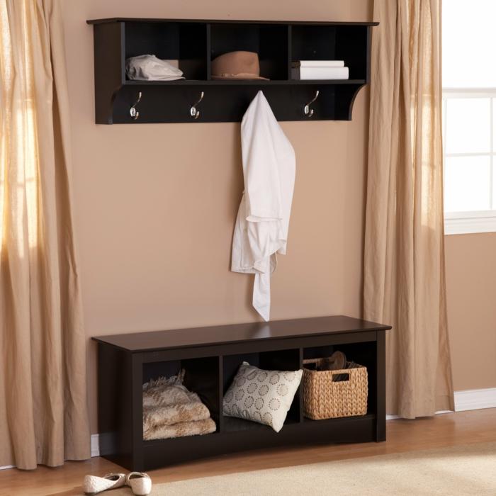 idée entrée simple, petite étagère d'entrée noire, peinture murale pêche et rideaux de la même couleur