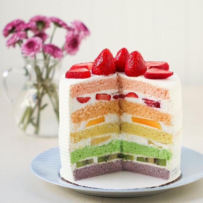 recette facile et originale de gateau arc en ciel américain à plusieurs couches multicolore avec de la chantilly et des morceaux de fruits