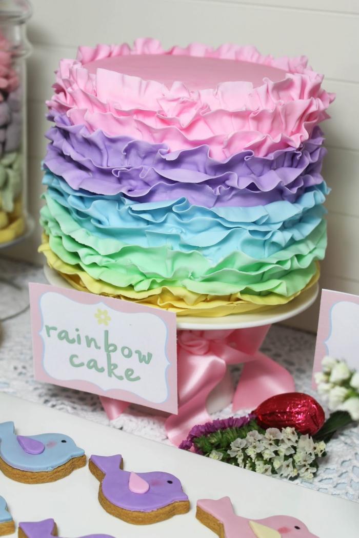 idée pour un gâteau d'anniversaire fille original, joli gateau multicolore au glaçage à froufrous aux couleurs de l'arc-en-ciel