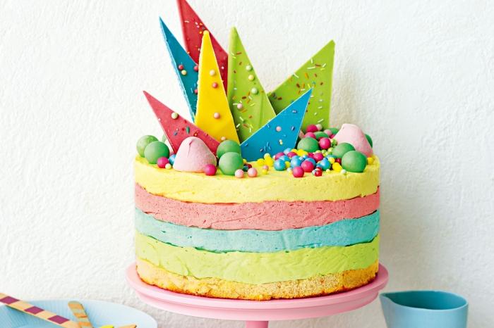 comment faire un simple gâteau arc-en-ciel glacé, idée pour une déco de gâteau avec des éclats de chocolat et des bonbons