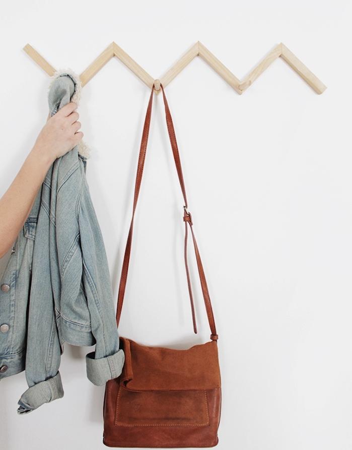 idée de lattes de bois assemblées en zig zag avec des chevilles pour accrocher vetements, manteaux et accessoires