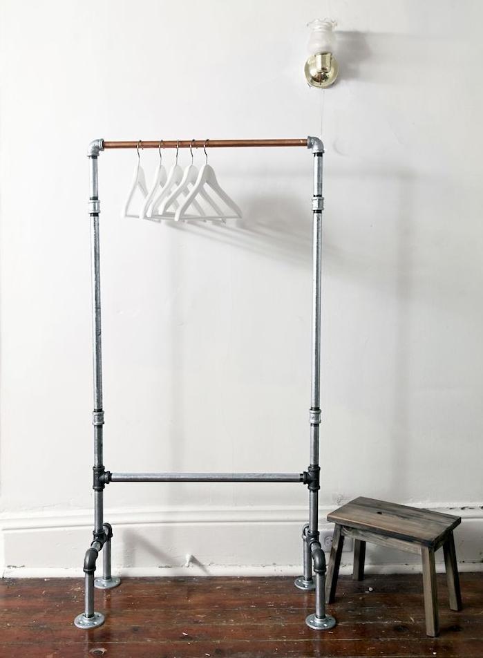 idée de porte manteau original style dressing en tubes metalliques style industriel, chambre aux murs blancs et parquet marron