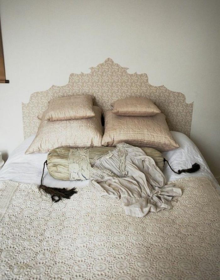une tete de lit diy en beige doré imitant la forme d'une structure de tête de lit vintage, qui s'harmonise avec la parure de lit