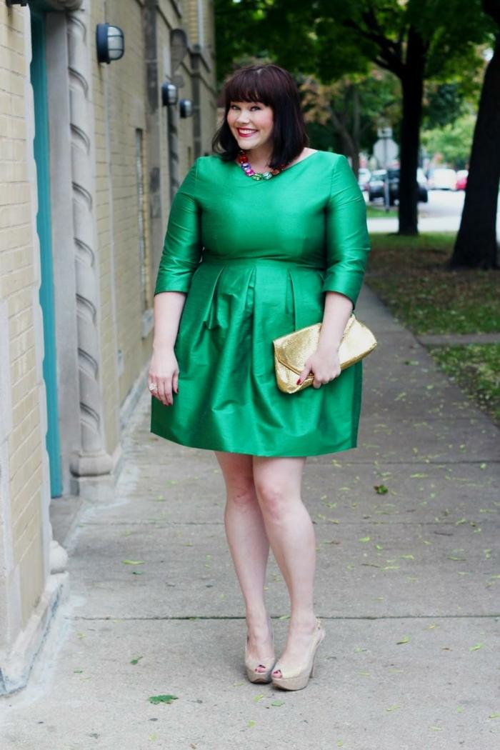 robe verte satinée, pochette lumineuse et sandales couleur écru, collier chic et coquet