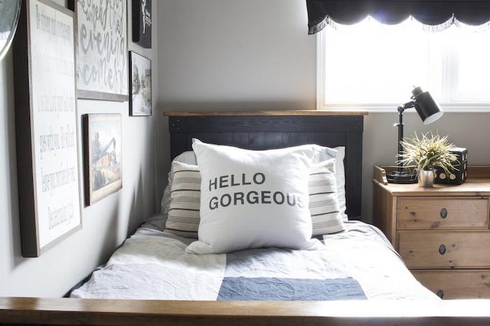 deco murale industrielle en cadres art graphique, linge de lit gris et blanc, commode bois clair, tete de lit gris foncé, murs blancs