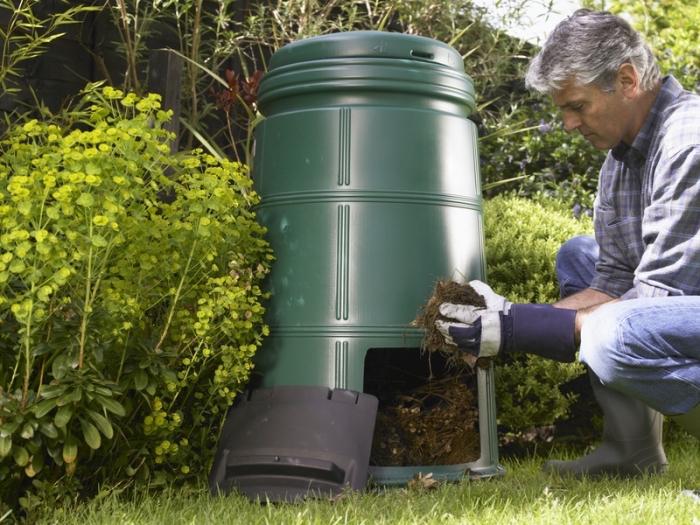 exemple de bac à compost en plastique à installer dans son jardin, modèle de récipient compostage en plastique avec trous et ouvertuure
