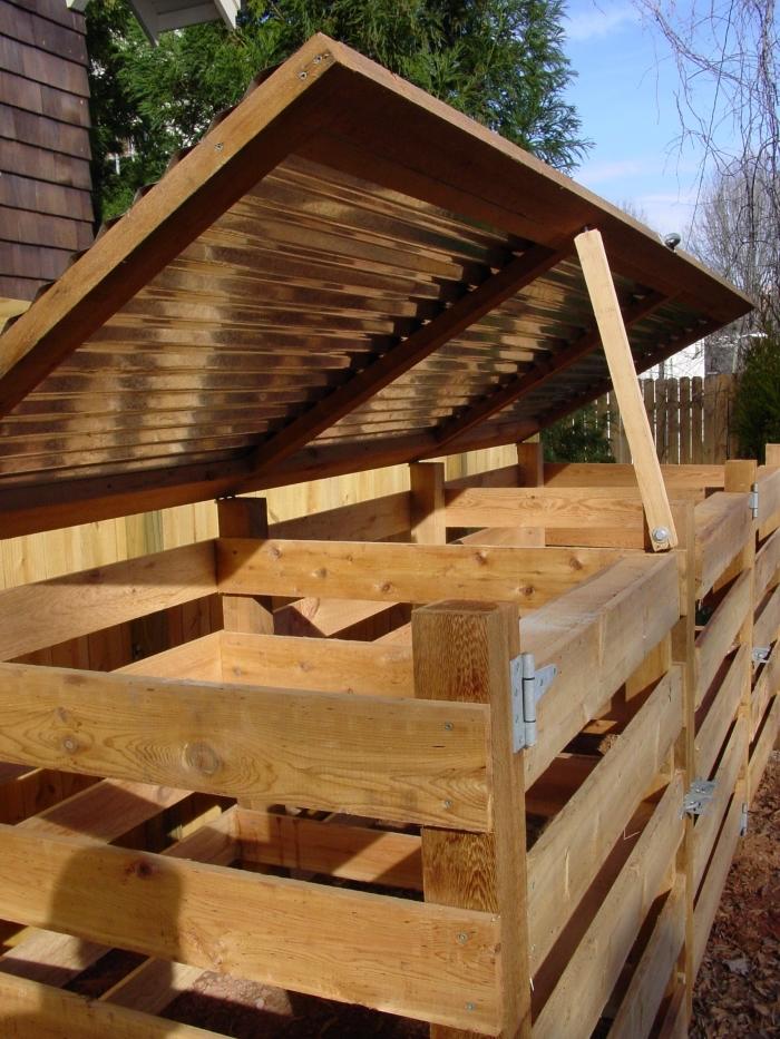 exemple de grand composteur de jardin DIY avec couvercle fabriqué avec planches de bois et clous