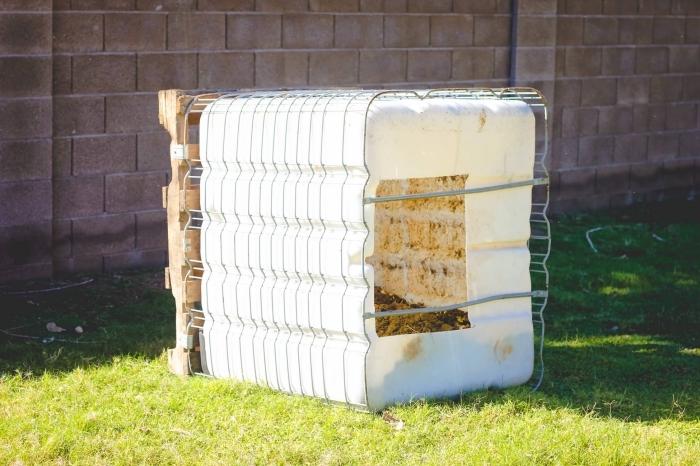 exemple comment faire son compost dans le jardin en fabricant un récipient en plastique avec ouverture et couvert de grillage