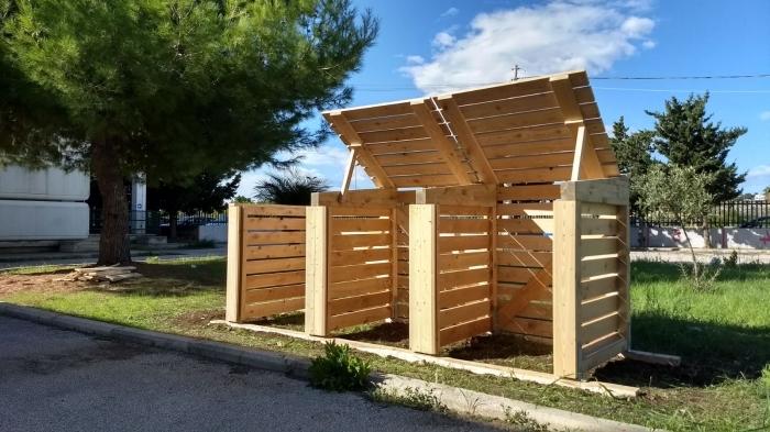 modèle de composteur de jardin construit avec planches de bois et clous, comment faire un toit pour composteur