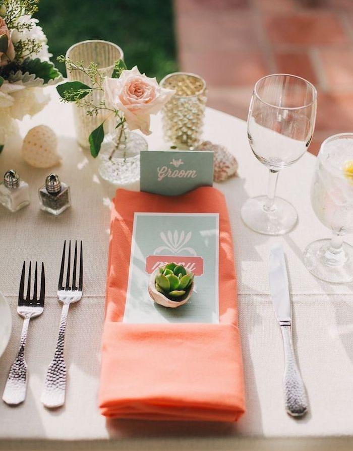 décoration de table pas cher avec une serviette orange, et marque place en coquille de noix et succulent, soliflores et autre deco florale