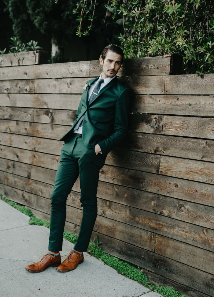 un modèle de costard mariage vert émeraude moins formelle d'une coupe parfaitement taillée associé à des chaussures oxford