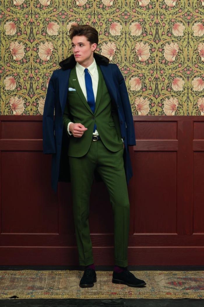 costard homme vert sapin de coupe moderne parfaite associé avec une cravate bleu roi, des chaussures noires et des chaussettes bordeaux