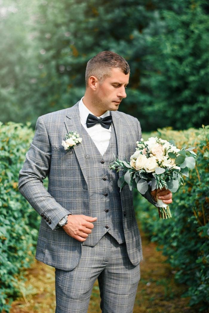 costard marié de trois pièces en prince de galles combiné avec un noeud papillon noir et une chemise blanche