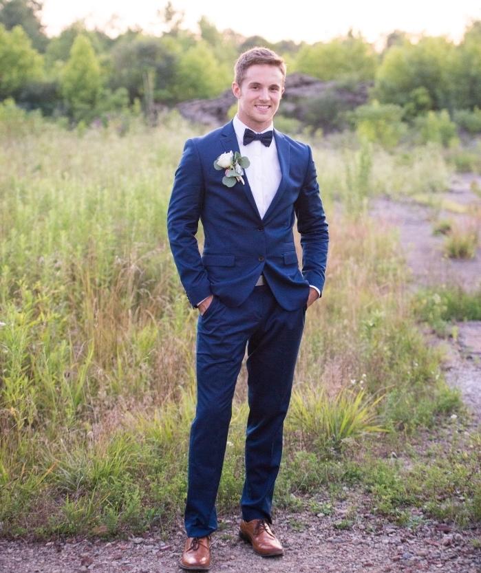 look élégant et classique en costume bleu marine noeud papillon assorti combiné avec une chemise blanche et des chaussures oxford en cuir marron