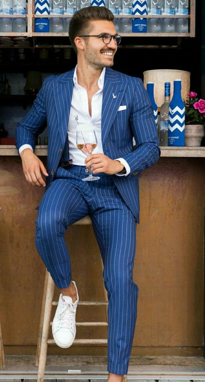 costume bleu nuit aux rayures verticales blanches, baskets blanches, chemise blanche, vetement homme marque, style élégant, vetement homme stylé