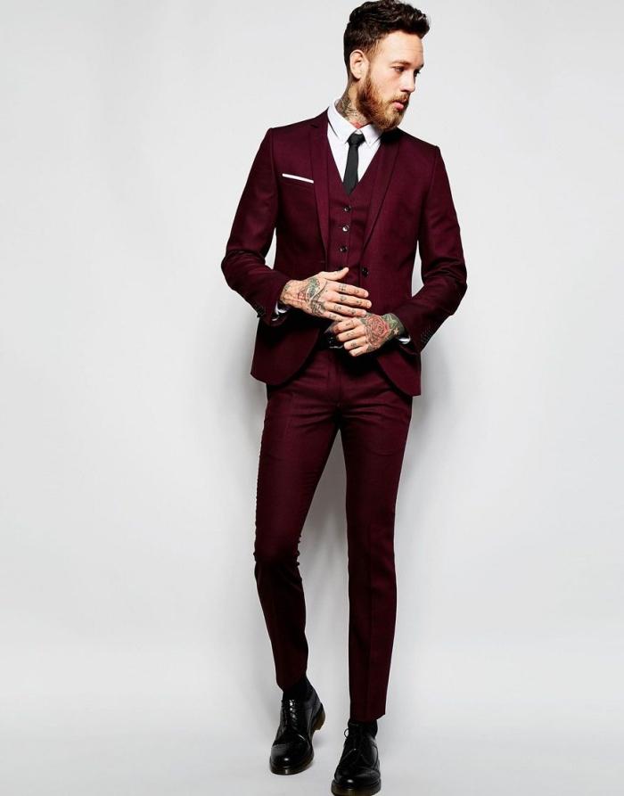la coupe slim de ce modèle de costume bordeaux homme met en valeur la silhouette masculine