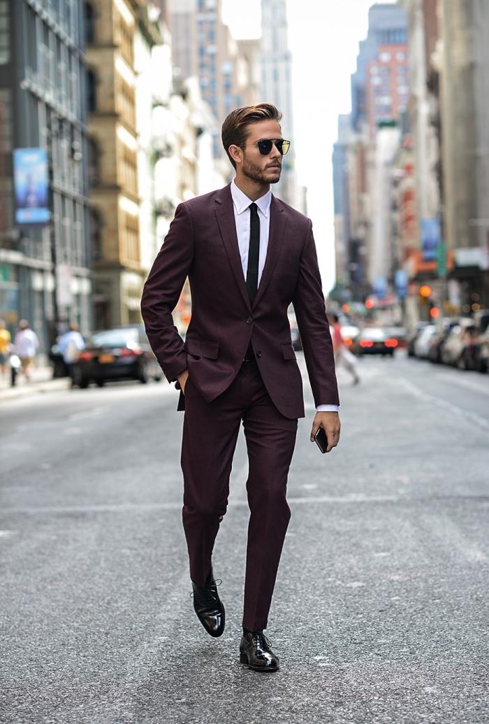 costume bordeaux homme avec tombé parfait associé à une cravate slim noire et des derbies cuir verni