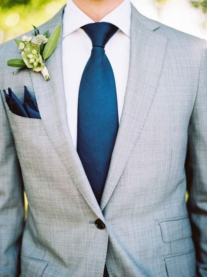 cravate et mouchoir assortis bleu roi pour rehausser