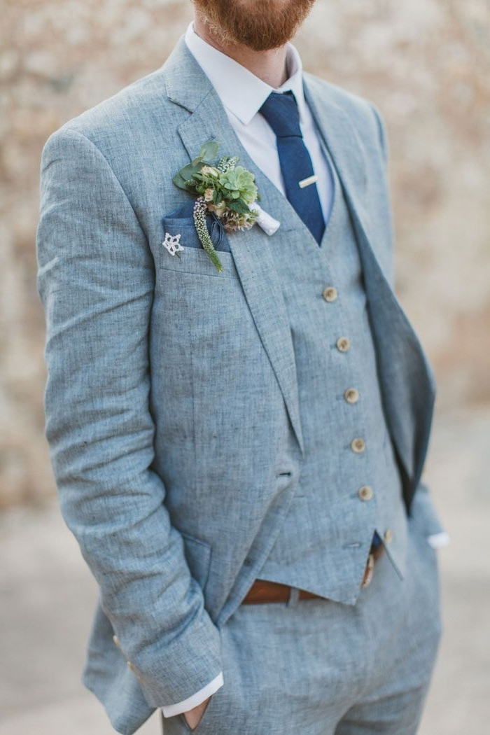 idée pour un costume marié d'été de trois pièces en teinte bleu clair combiné avec une cravate de nuance plus foncée