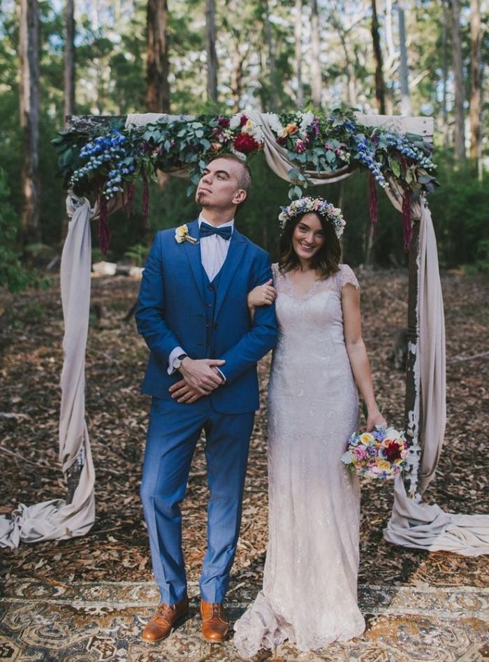 costume mariage homme en couleur bleu roi combiné avec un noeud papillon de la même couleur et des chaussures en cuir marron pour un look moderne