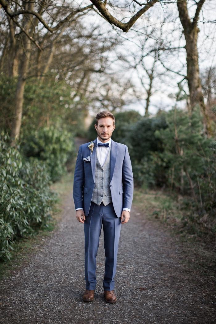 trois pièce élégant au charme vintage avec un gilet contrastant de tweed à carreaux, une tenue homme mariage champêtre chic