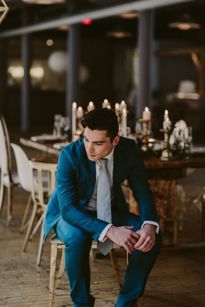 tenue mariage homme pour une allure élégante et sophistiqué, costume bleu canard assorti avec une cravate gris à nuance métalisée