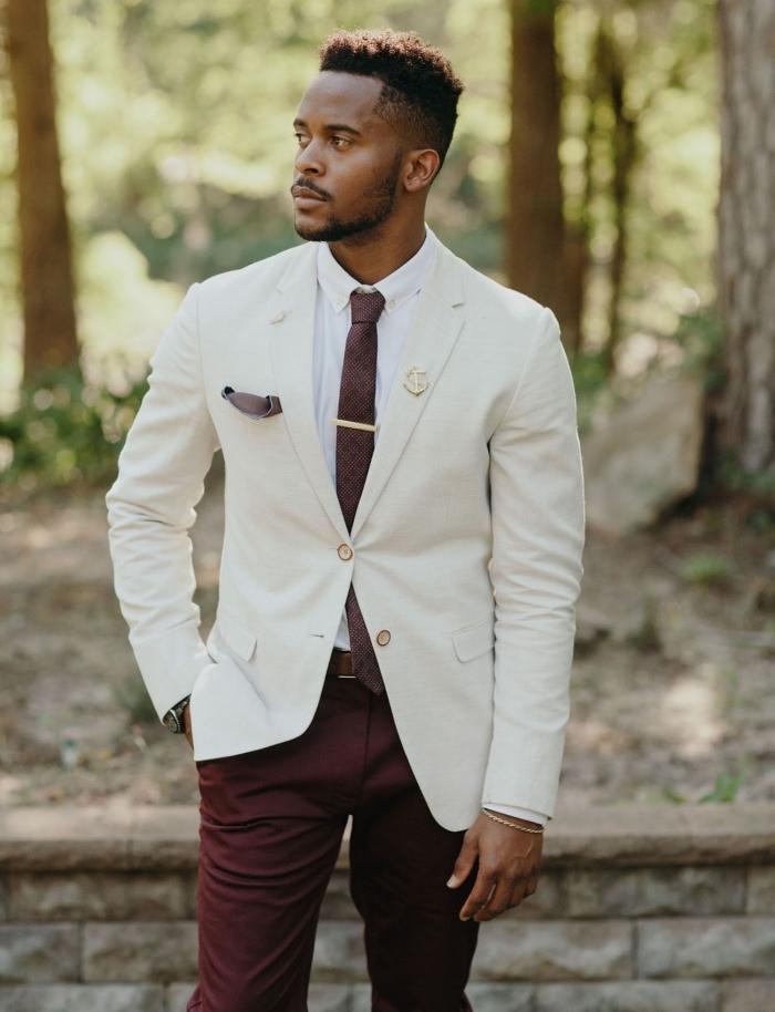 un costume mariage homme chic de style moins formel avec une veste et un pantalon dépareillés harmonisé par le choix d'une cravate bordeaux qui reprend la couleur du bas