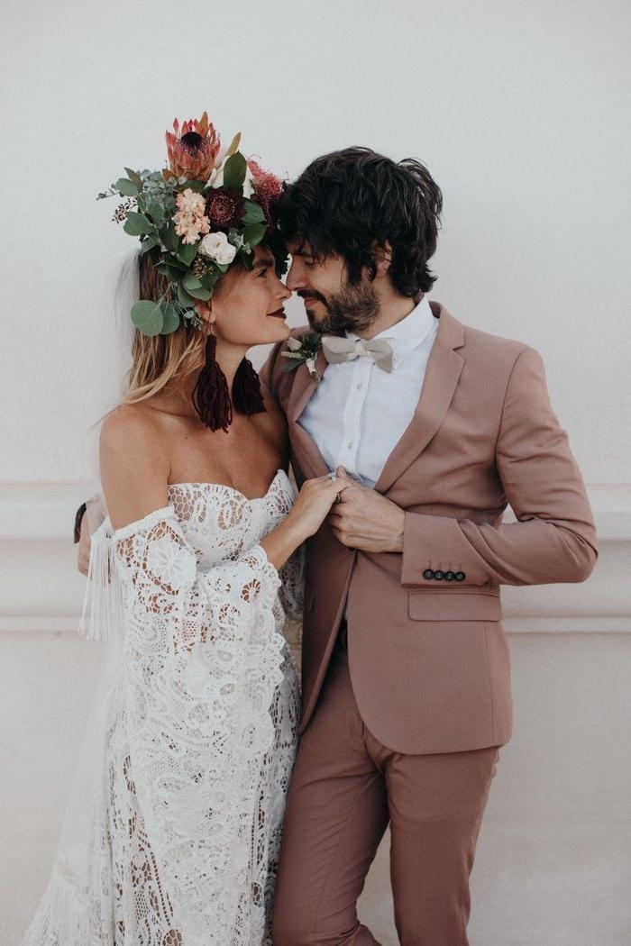 costume mariage homme couleur rose blush assorti avec une chemise blanche et un noeud papillon couleur champagne, look de marié idéale pour un thème bohème chic