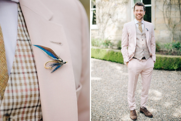 costume de marié en rose pastel combiné avec un gilet vintage aux nuances du marron pour un look rafraîchissant, une tenue champetre homme tendance
