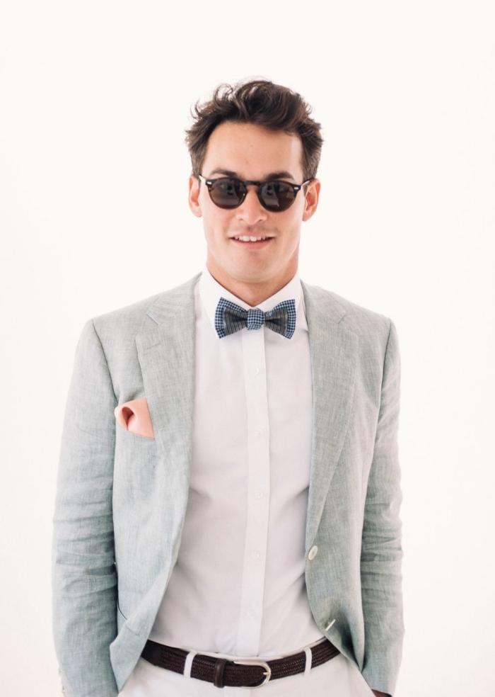 une tenue mariage homme à la fois chic et décontractée avec un costume dépareillé en blanc et gris clair qui mise sur les accessoires