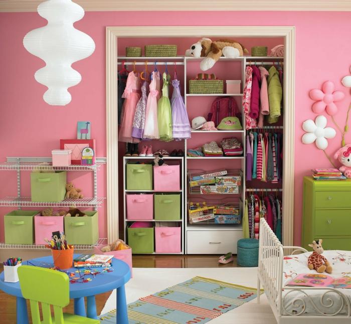 déco chambre ado fille, comment décorer sa chambre, peinture chambre fille rose, luminaire en verre blanc opaque en forme de champignons superposés, meubles en vert pomme, tapis en style patchwork, lit vintage en métal blanc