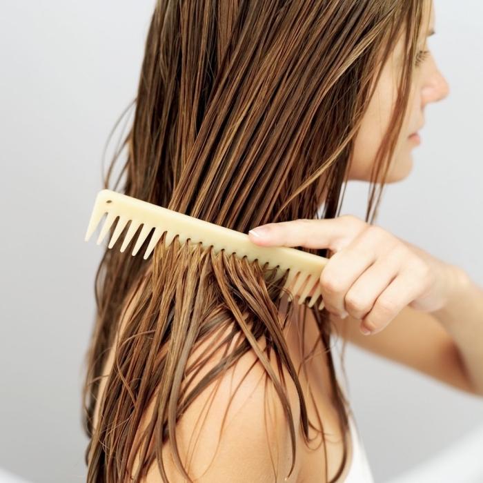 eclaircir cheveux brun avec produits naturels à la maison, cheveux longs de couleur châtain foncé avec mèches châtain clair