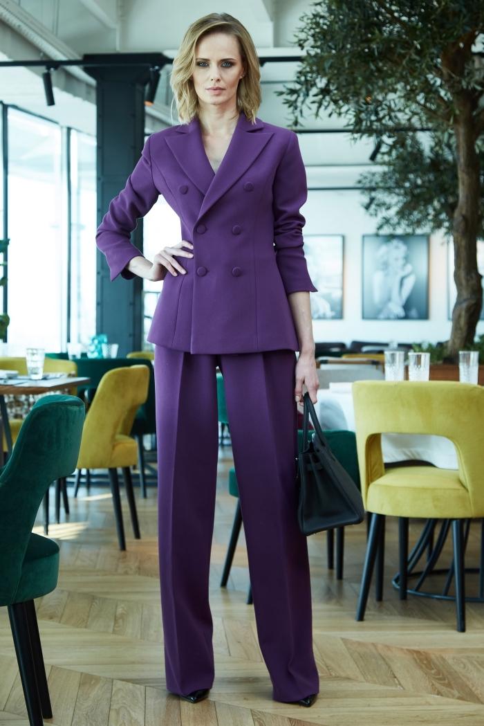 vision femme d'affaire en tailleur chic de couleur ultra violet combiné avec accessoires sac à main et chaussures foncés