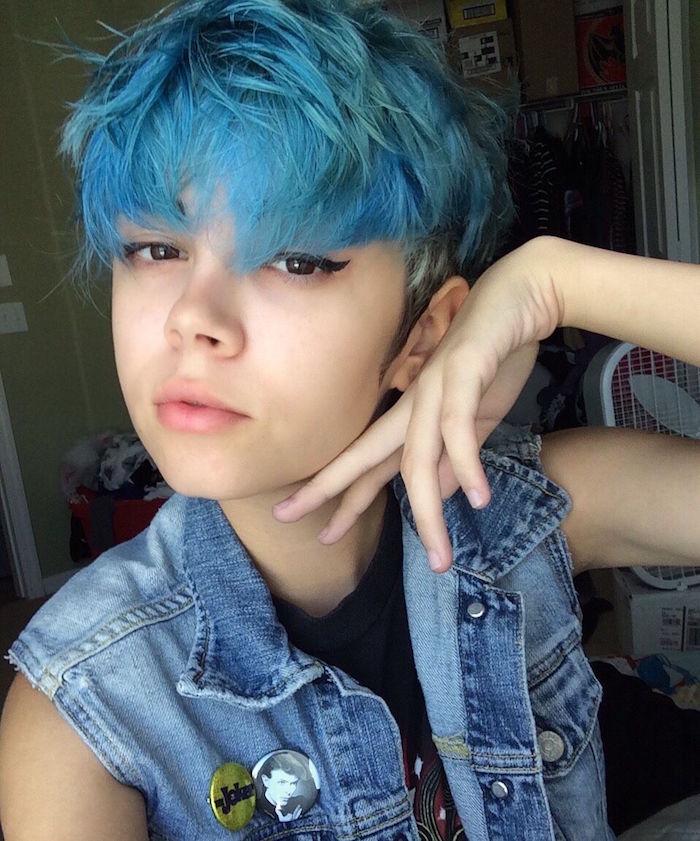 coupe de femme courte style grunge garconne décoiffé avec couleur bleu vif