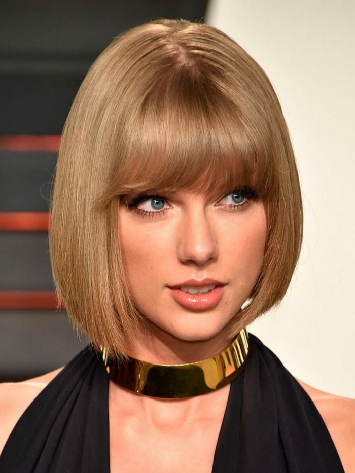 coupe carré plongeant court effilé, Taylor Swift avec une coupe carré plogeant et une frange lisse, gros collier statement