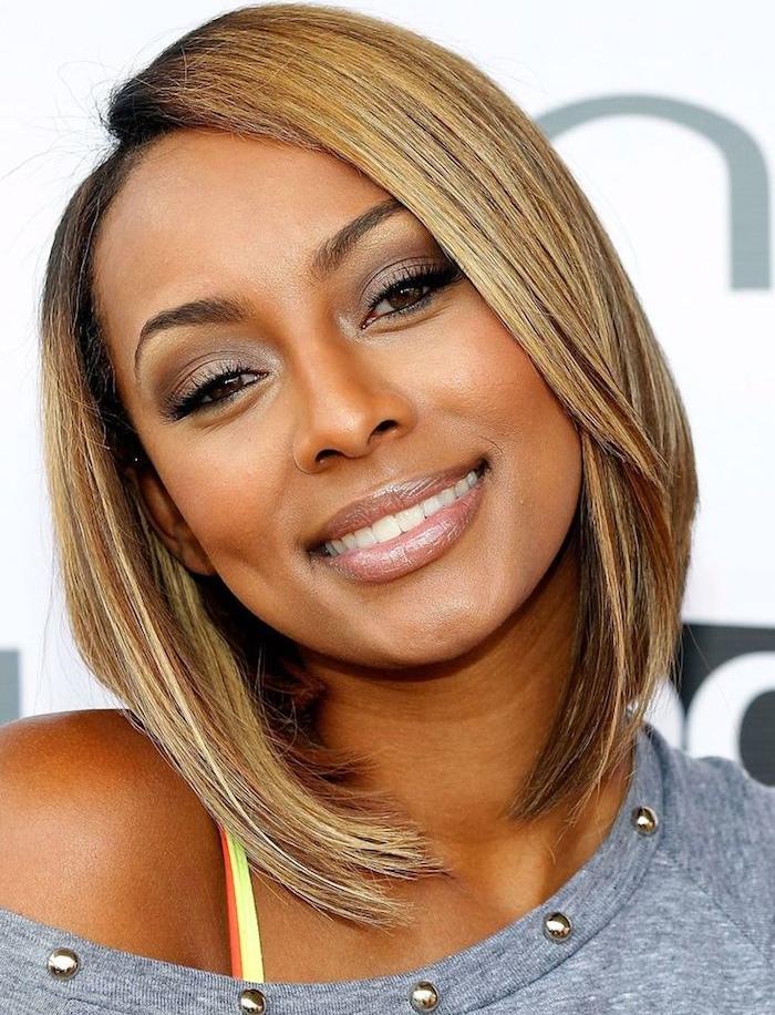 idée de coupe femme afro chic, cheveux lisses avec des mèches blondes, carré plongeant classique