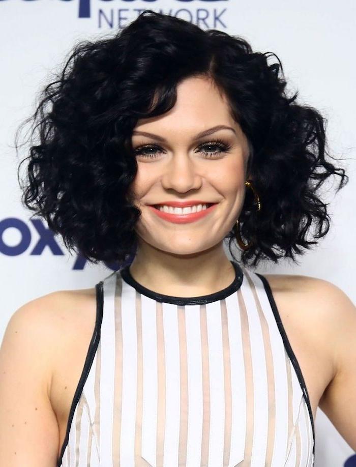 coiffure femme courte bouclée façon bohème chic, cheveux noirs volumineux, robe noir et blanc