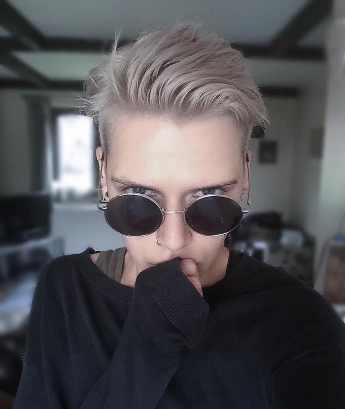 coupe féminine courte style hipster garconne gris blond blanc sur le coté avec cotés courts