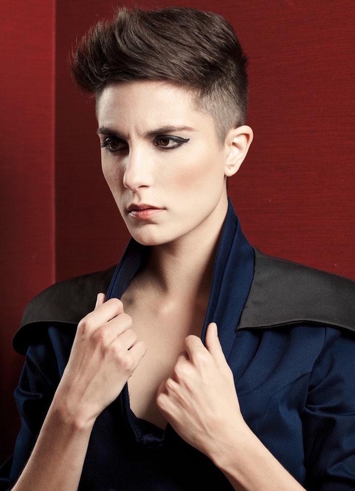 coupe de cheveux court femme avec cotes courts en dégradé et plus long dessus type garçonne