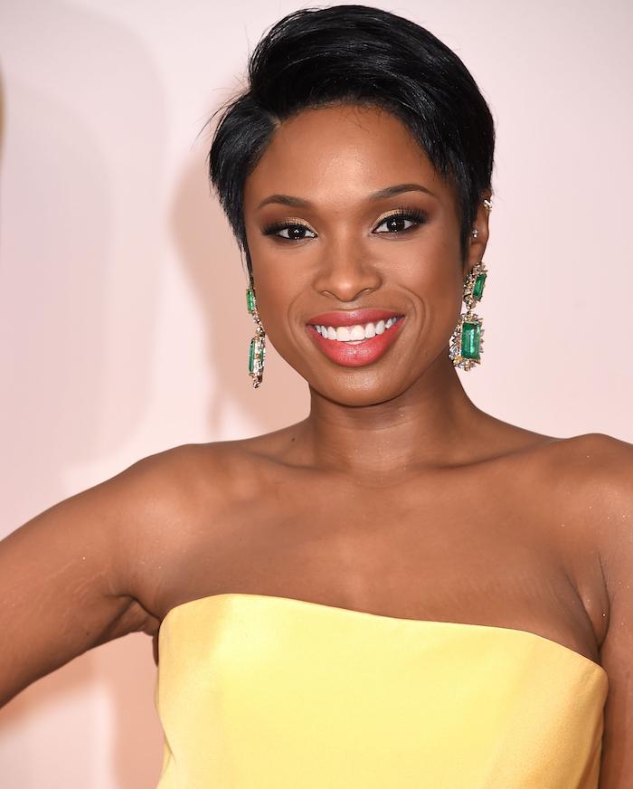 exemple de coupe courte cheveux fins, coupe afro femme avec mèche sur le coté, style pixie, robe jaune